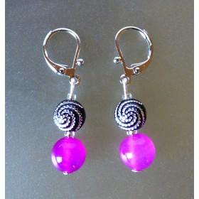 Boucles d'oreilles légère Agates fushia et perles noires à spirales.