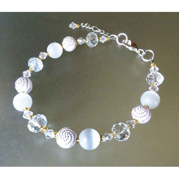Bracelet Léger, oeil de chat blanc et perles blanches à spirales.
