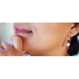 Boucles d'oreilles légère Agates fushia et perles blanches à spirales.