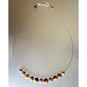 Collier léger œil de tigre et perles fantaisie à spirales argentées.