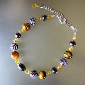 Bracelet léger œil de tigre et perles fantaisie à spirales argentées.