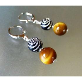 Boucles d'oreilles légères œil de tigre et perles fantaisie à spirales argentées.