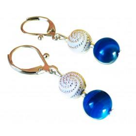 Boucles d'oreilles légère Agates Bleues et perles blanches à spirales.