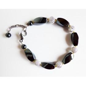 Bracelet hématites et perles blanches à spirales argentées.