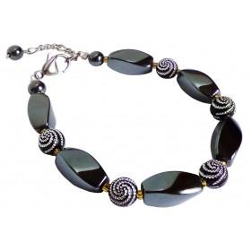 Bracelet hématites et perles noires à spirales argentées.